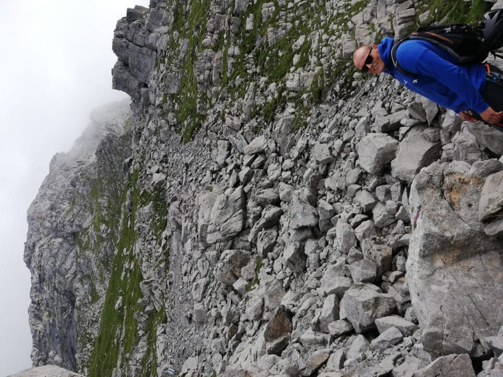 Zustieg durch Geröll zum Klettersteig Rigidalstockgrat in Engelberg