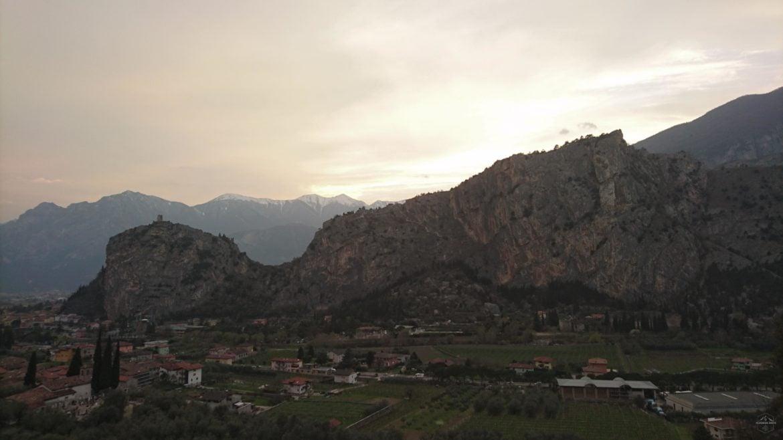 Arco Bergfront in der Abenddämmerung